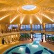 Velkolepý prostor krytého termálního bazénu.