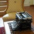 Starý psací stroj vás přivítá při vstupu