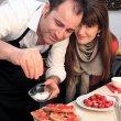 Leonardo Martino ochucuje bruschetty al pomodoro.