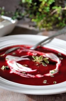 Polévka z červené řepy s tymiánem a zakysanou smetanou