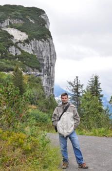 Ta strmá skála za mnou, která si nic nezadá s El Capitanem v Yosemitu, je původně mořský korálový útes. Stáří? Asi 250 milionů let. Alpy vznikly tlakem Afriky na kontinent později: přibližně před 60 miliony lety.