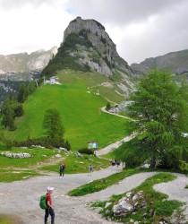 Magický Gschölkopf s rozhlednou na vrcholu (2039 m).