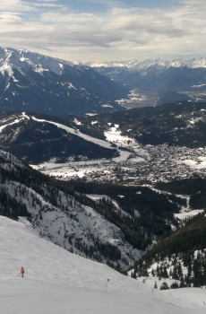 Sjezdovky na Rosshütte. Pohled na jeden z mnoha svahů. Dole v údolí leží městečko Seefeld.
