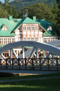 Starý most ke Špindlerovu Mlýnu neodmyslitelně patří.