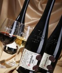 Typické lahve s templářským křížem, ručně vytrhávanými etiketami a originální pečetí.