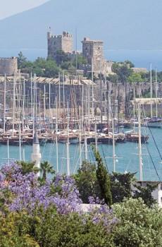 Bodrum. Hrad sv. Petra tyčící se nad přístavem.