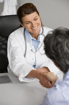 lekar podavajici si ruku s pacientem1